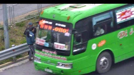 Don khach tren duong cao toc, tai xe bi phat 11 trieu dong - Anh 1