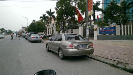 Chua den ngay khai an, xe bien xanh do cach Den Tran... 1km - Anh 2