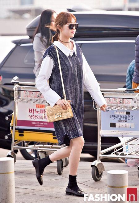 Red Velvet sang chanh, Lee Sung Kyung chon style hien dai o san bay - Anh 10