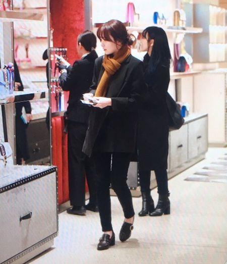 Red Velvet sang chanh, Lee Sung Kyung chon style hien dai o san bay - Anh 2