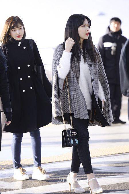 Red Velvet sang chanh, Lee Sung Kyung chon style hien dai o san bay - Anh 4