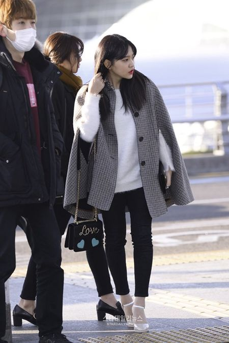Red Velvet sang chanh, Lee Sung Kyung chon style hien dai o san bay - Anh 5