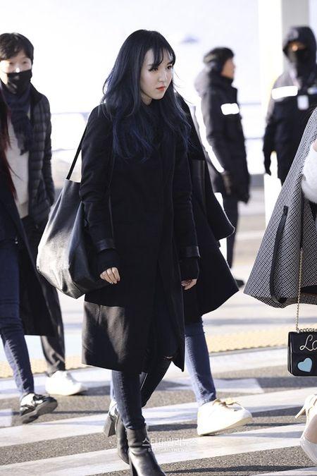 Red Velvet sang chanh, Lee Sung Kyung chon style hien dai o san bay - Anh 6