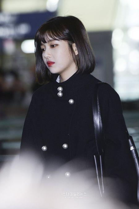 Red Velvet sang chanh, Lee Sung Kyung chon style hien dai o san bay - Anh 8