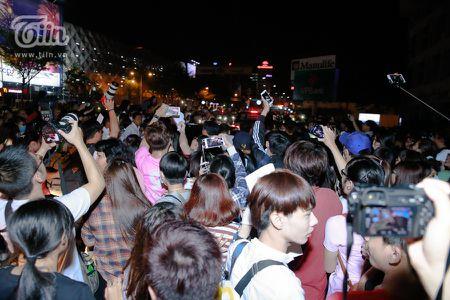 Yoona (SNSD) den Viet Nam luc nua dem, fan Viet xep hang dai chao don - Anh 10