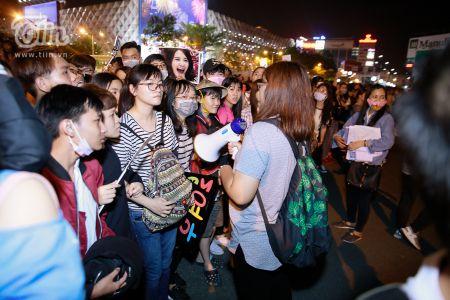 Yoona (SNSD) den Viet Nam luc nua dem, fan Viet xep hang dai chao don - Anh 14