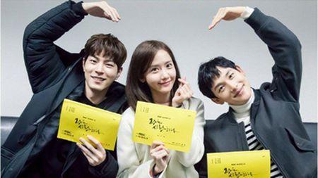 Yoona (SNSD) den Viet Nam luc nua dem, fan Viet xep hang dai chao don - Anh 3