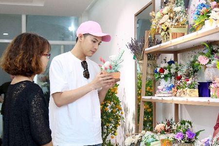 Noo Phuoc Thinh bi bat gap di mua hoa tang nguoi bi mat cho Le tinh nhan - Anh 5