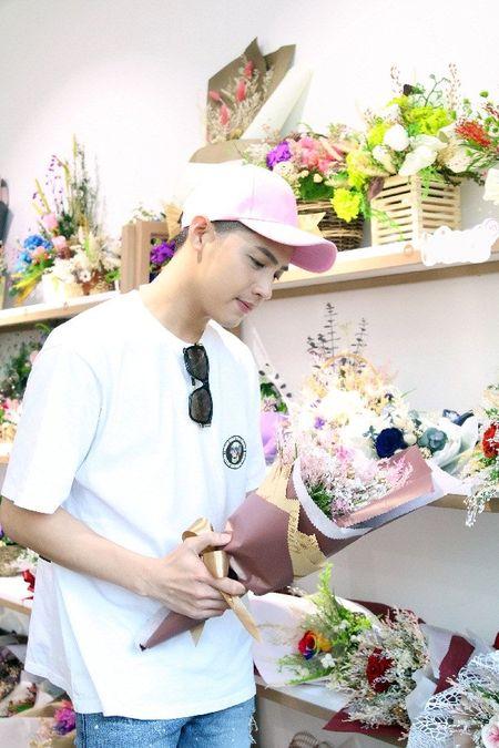 Noo Phuoc Thinh bi bat gap di mua hoa tang nguoi bi mat cho Le tinh nhan - Anh 6
