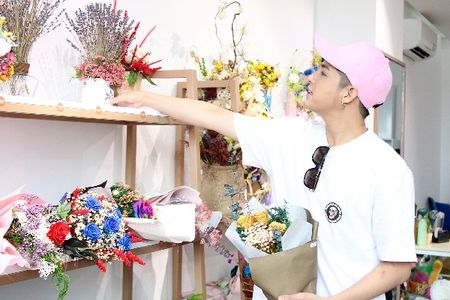 Noo Phuoc Thinh bi bat gap di mua hoa tang nguoi bi mat cho Le tinh nhan - Anh 7