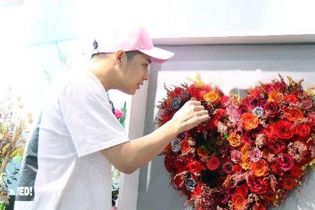Noo Phuoc Thinh bi bat gap di mua hoa tang nguoi bi mat cho Le tinh nhan - Anh 8