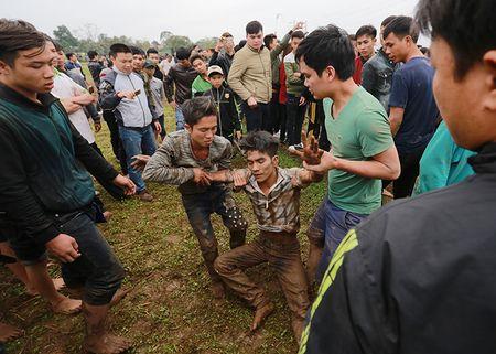 Trai lang vat nhau duoi nuoc trong hoi cuop phet Hien Quan - Anh 10