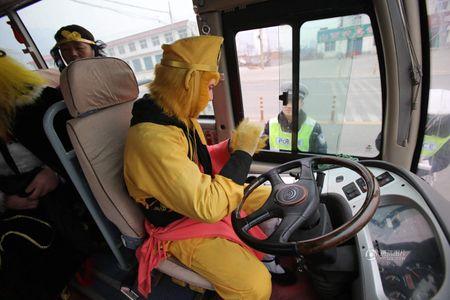 CSGT bat gap 'Ton Ngo Khong' cho 'hang chuc yeu tinh' tren xe buyt - Anh 1