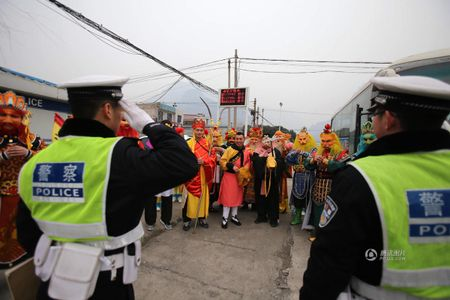 CSGT bat gap 'Ton Ngo Khong' cho 'hang chuc yeu tinh' tren xe buyt - Anh 5