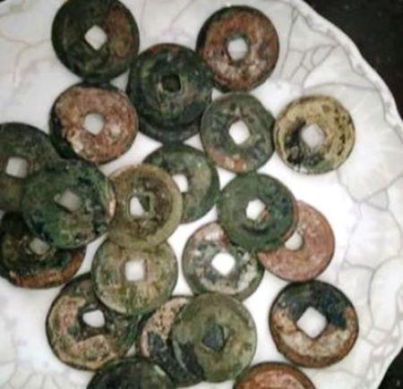 Cay ruong phat hien 28 kg tien xu co o Quang Ninh - Anh 2