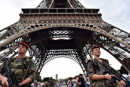 Lap kinh chong dan cho thap Eiffel - Anh 1