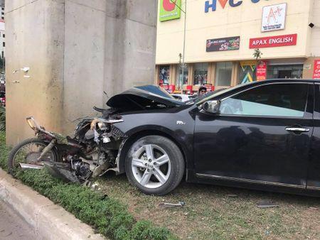 Toyota Camry ep nat xe may vao tru duong sat tren cao o Ha Dong - Anh 1