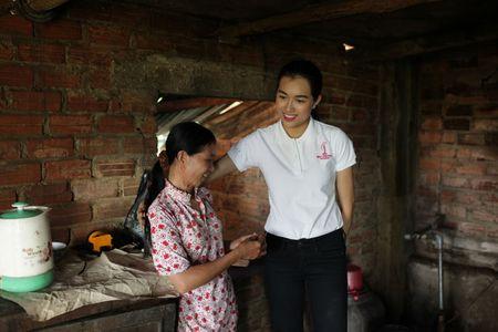 A hau Le Hang doi mua trao tang 3 nha tinh thuong - Anh 1
