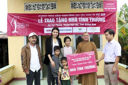 A hau Le Hang doi mua trao tang 3 nha tinh thuong - Anh 3