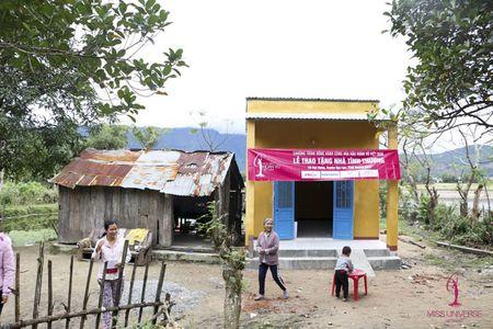 A hau Le Hang doi mua trao tang 3 nha tinh thuong - Anh 4
