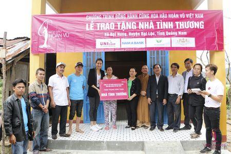 A hau Le Hang doi mua trao tang 3 nha tinh thuong - Anh 5