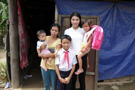 A hau Le Hang doi mua trao tang 3 nha tinh thuong - Anh 6