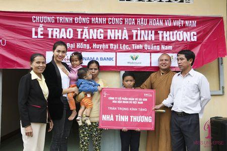 A hau Le Hang doi mua trao tang 3 nha tinh thuong - Anh 7