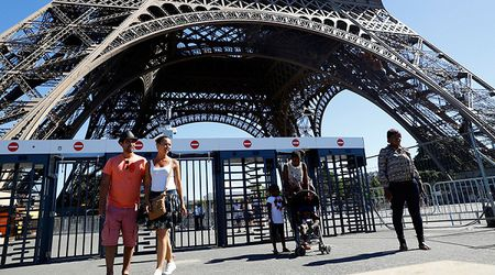 Phap xay tuong kinh quanh thap Eiffel de chong khung bo - Anh 1