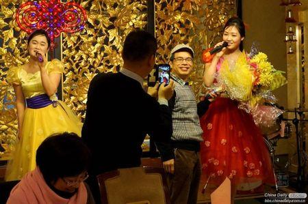 Tiep vien Trieu Tien toa sang trong nha hang o Trung Quoc - Anh 6