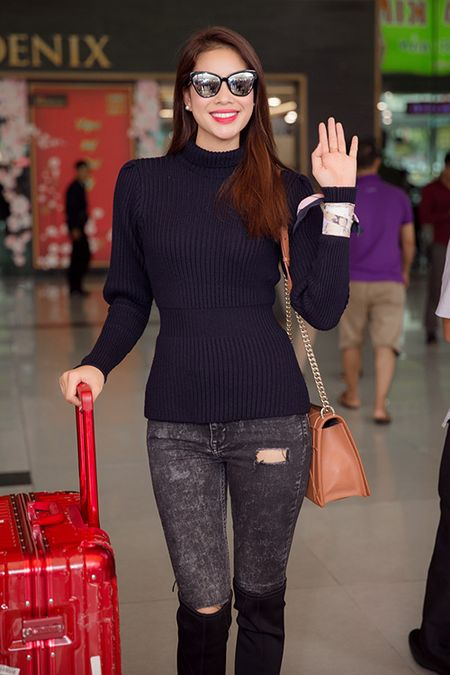 Pham Huong dap bay, duoc fan bao vay vi qua xinh dep - Anh 3