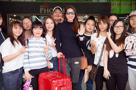 Pham Huong dap bay, duoc fan bao vay vi qua xinh dep - Anh 6