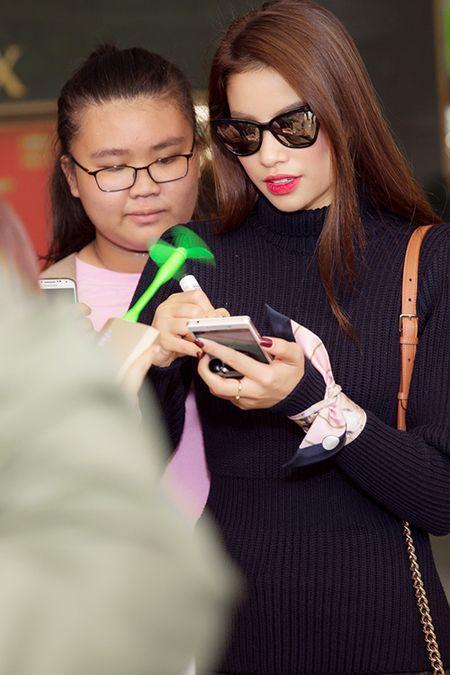 Pham Huong dap bay, duoc fan bao vay vi qua xinh dep - Anh 9