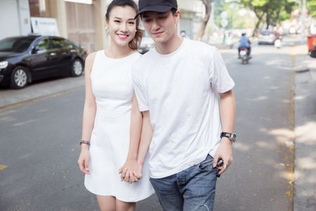 Huynh Anh tinh tu nam tay Hoang Oanh den buoi hop fan - Anh 2