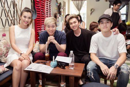 Huynh Anh tinh tu nam tay Hoang Oanh den buoi hop fan - Anh 9