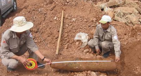 Quang Tri: Phat hien qua bom 'khung' tai cua khau Quoc te Lao Bao - Anh 1