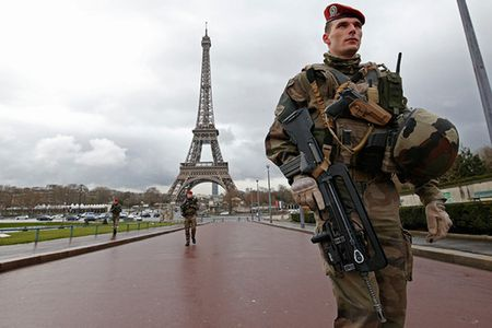 Phap se dung tuong kinh chong dan cao 2,5m quanh thap Eiffel - Anh 1