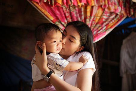 Hau Miss Universe, A hau Le Hang tang 3 can nha tinh thuong cho nguoi dan Quang Nam - Anh 5