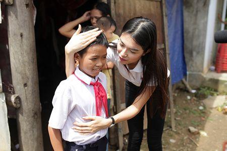 Hau Miss Universe, A hau Le Hang tang 3 can nha tinh thuong cho nguoi dan Quang Nam - Anh 7