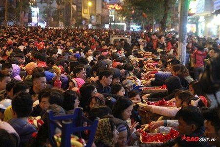 Hang nghin nguoi chen nhau xin loc cau an o chua Phuc Khanh - Anh 1