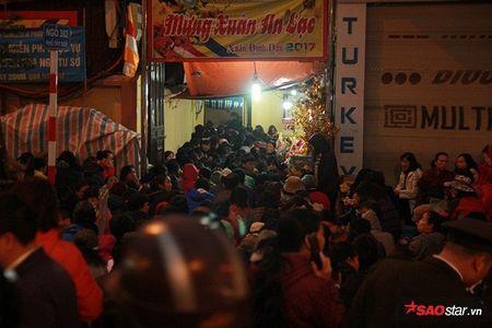 Hang nghin nguoi chen nhau xin loc cau an o chua Phuc Khanh - Anh 21