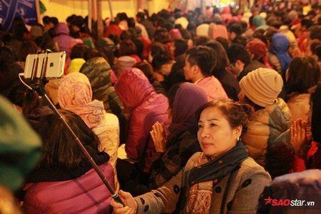 Hang nghin nguoi chen nhau xin loc cau an o chua Phuc Khanh - Anh 22