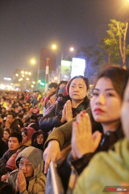 Hang nghin nguoi chen nhau xin loc cau an o chua Phuc Khanh - Anh 9