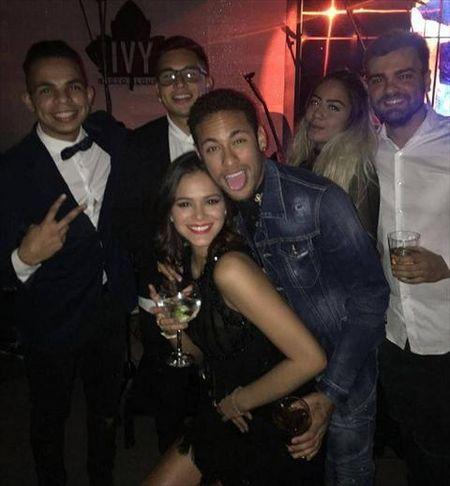 "Neymar va ban gai Bruna ""quay"" nhiet tinh trong tiec sinh nhat muon - Anh 2"