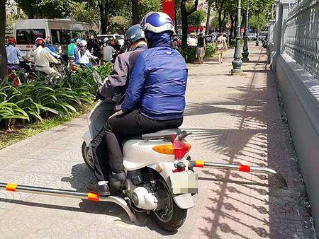 Gan barie ngan xe may leo via he - Anh 1
