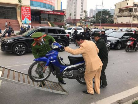 O to Camry tong hang loat xe may tren pho - Anh 4