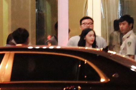 Yoona (SNSD) xuat hien chop nhoang o san bay Tan Son Nhat - Anh 4
