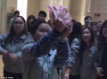Trung Quoc: Sep rai 'mua tien' mung tuoi nhan vien ngay dau nam - Anh 2