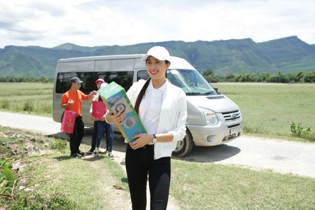 A hau Le Hang tang nha tinh nghia cho nguoi phu nu tung bi 'thieu song' - Anh 1
