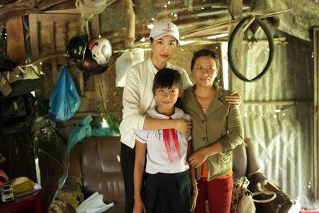 A hau Le Hang tang nha tinh nghia cho nguoi phu nu tung bi 'thieu song' - Anh 5