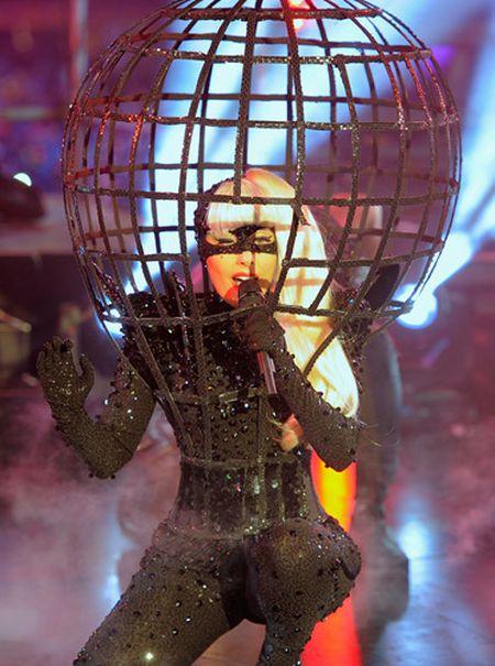 Lady Gaga va phong cach thoi trang lap di, khac nguoi - Anh 9